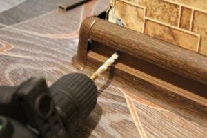Как закрепить плинтуса на полу?