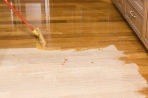 Как обработать деревянный пол лаком?