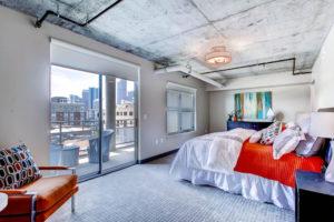 Бетонный потолок в интерьере – популярные варианты декорирования
