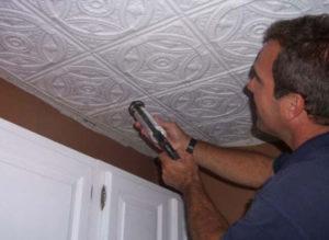 Клеим потолочную плитку – скрываем погрешности потолка и обновляем интерьер