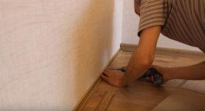 Крепление пластикового плинтуса к полу: видео инструкция
