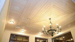 Какой потолок лучше сделать в квартире и отделка деревом на фото