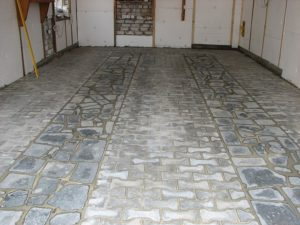 Полы в гараже из тротуарной плитки