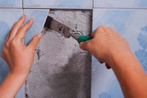 Как и чем приклеить отвалившуюся плитку в ванной – добиваемся результата