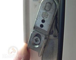 Пластиковое окно не закрывается и блокируется – исправляем сами