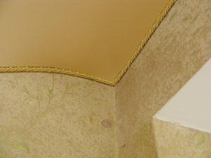 Применение декоративного каната вместо потолочного плинтуса