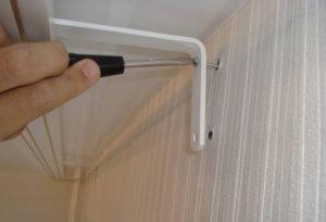 Как правильно повесить потолочный карниз – особенности крепления к поверхностям