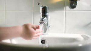 Бьет током от воды из крана – вероятные причины и способы их устранения