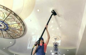 Как и чем помыть глянцевые и матовые натяжные потолки без разводов