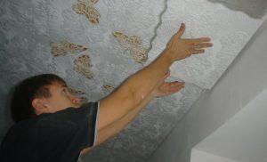 Чем обработать потолок и как наклеить плитку на побелку
