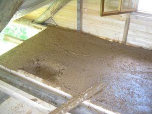 Технология утепления деревянного потолка глиной с камышом