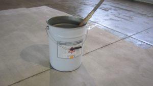 Свойства акрилового лака для бетона и правила выбора