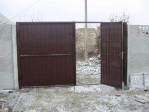 Распашные ворота с калиткой из профлиста – все работы своими руками