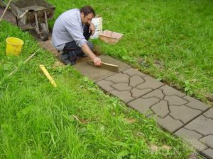 Дорожки из бетона на даче — процесс изготовления своими руками