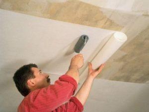 Технология поклейки флизелиновых обоев на потолок под покраску и отделка плинтусом