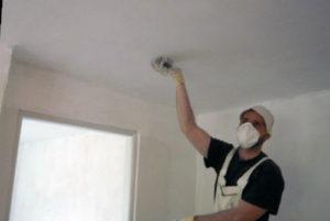 Как заделать своими силами трещины на потолке между плитами и перед побелкой