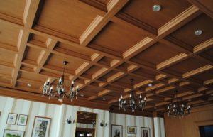 Технология монтажа и фото деревянного кессонного потолка