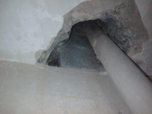 Чем и как заделать дырки в бетонном потолке