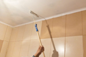 Чем покрасить тканевый натяжной потолок и как выбрать краску