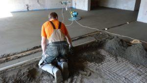 Стоимость бетонной стяжки пола за м<sup>2</sup>» width=»300″ height=»170″ class=»alignleft size-medium» /></p><p>Мокрая стяжка – это традиционный способ выравнивания пола перед окончательной отделкой полов. Чаще всего для изготовления стяжки используется раствор с большим содержанием воды – этим и объясняется название технологии.</p><p><strong>Потребительские свойства</strong></p><ul><li>возможность выровнять поверхность перекрытия или основания;</li><li>прочность, устойчивость к механическим, химическим, температурным нагрузкам;</li><li>высокие показатели теплоизоляции и звукоизоляции;</li><li>возможность скрыть трубы и другие коммуникации;</li><li>приемлемая цена мокрой стяжки пола;</li><li>доступность материалов;</li><li>простота монтажа.</li></ul><p><strong>Области применения</strong></p><p>Мокрая стяжка применяется при строительстве следующих объектов:</p><ul><li>жилые помещения;</li><li>торговые комплексы, офисы, административные здания;</li><li>развлекательные и спортивные заведения;</li><li>гаражи, стоянки, автомастерские;</li><li>склады, ангары, погрузочно-разгрузочные площадки и т.д.</li></ul><p><strong>Состав</strong></p><p>В большинстве случаев для создания мокрой стяжки применяется цементно-песчаный раствор. Современные добавки (пластификаторы) позволяют улучшить свойства раствора и уменьшить толщину стяжки. Большую популярность приобретают сухие смеси для самовыравнивающейся мокрой стяжки — например, на основе гипса.</p><p>Мокрая стяжка полов — это классический метод выравнивания горизонтальных поверхностей. Она применяется для всех объектов, что неудивительно, ведь мокрая стяжка пола — недорогой и привычный метод проведения ремонта.</p><h3><span class=