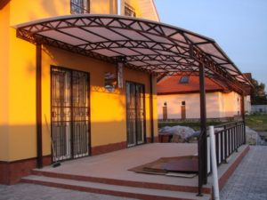 Навесы из поликарбоната – украсим загородный дом эстетичными конструкциями!
