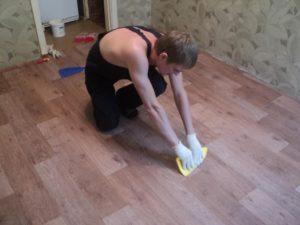 Как разгладить линолеум на полу – выпрямление покрытия и его правильная укладка