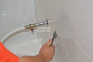 Установка смесителя в ванной  – пошаговое подключение и крепление к стене
