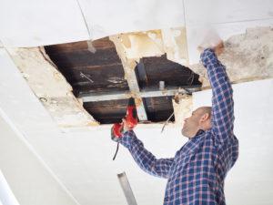 Ремонт гипсокартонного потолка после протечки, заделка дырок и трещин