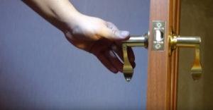 Врезка замков в межкомнатные двери – ставим механизмы самостоятельно
