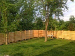 Забор из досок – создаем красивую и практичную ограду для загородного участка