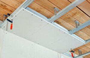 Как своими руками выровнять деревянный потолок в доме