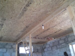 Отделка чернового потолка из ОСБ плит по деревянным балкам