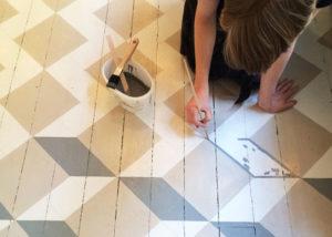 Можно ли покрасить керамическую плитку на полу?