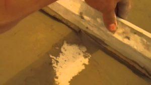 Выравнивание полов клеем для плитки
