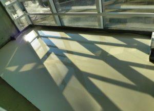 Монтаж наливного пола на балконе