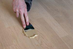 Технология восстановления паркета своими руками: заделка трещин и царапин