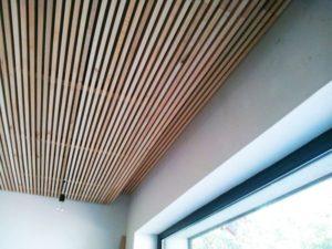 Реечный деревянный потолок своими руками с подсветкой и фото отделки