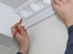 Как правильно приклеить потолочный плинтус из пенопласта и технология монтажа