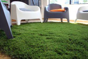 Искусственная трава из зеленого ковролина