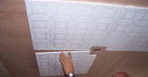 Как наклеить пенопластовую потолочную плитку на неровный потолок