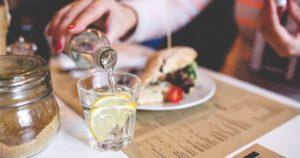Можно ли пить воду во время приема пищи – врачи развенчивают мифы