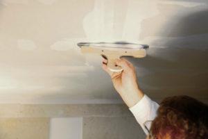 Штукатурка потолка – как добиться идеально ровной поверхности без помощи специалистов?