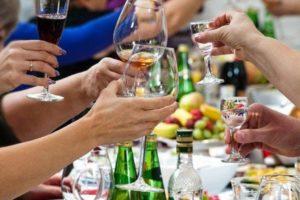 Какой алкоголь нельзя пить на Новый год – рекомендации от главного нарколога РФ