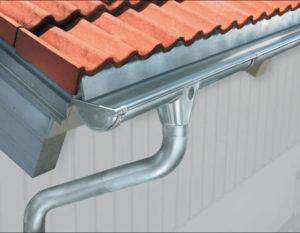 Изготовление и установка водостоков или как избежать болота под стенами дома?