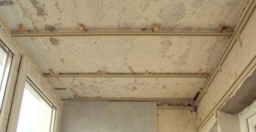 Как закрепить и обшить ПВХ панелями потолок на балконе