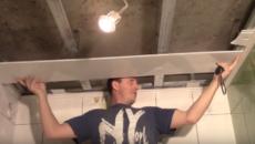 Потолок из пластиковых панелей в ванной – как установить своими руками