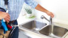 Установка мойки на кухне – как сэкономить на услугах сантехника?